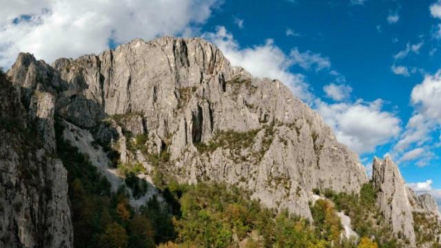 Общий вид на стену с альпинистскими маршрутами