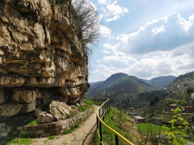 Тропа к скалам в городе Враца