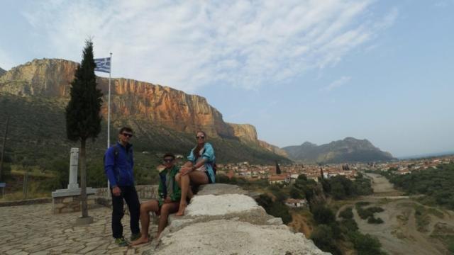 Спортсмены на фоне скал