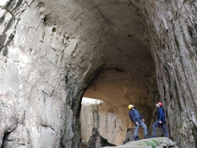Альпинисты в пещере Болгарии