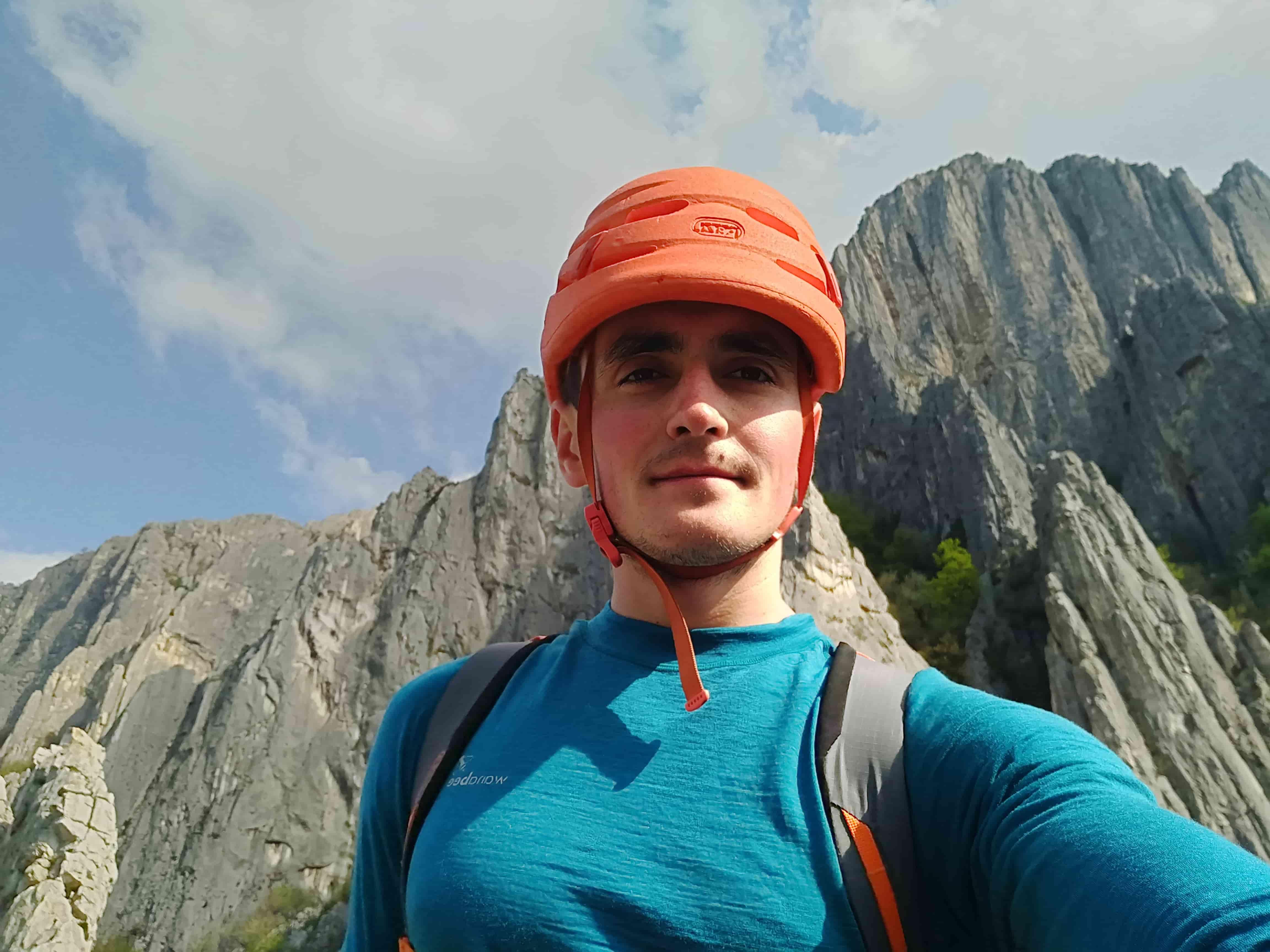 Крамаренко Александр на фоне скального района