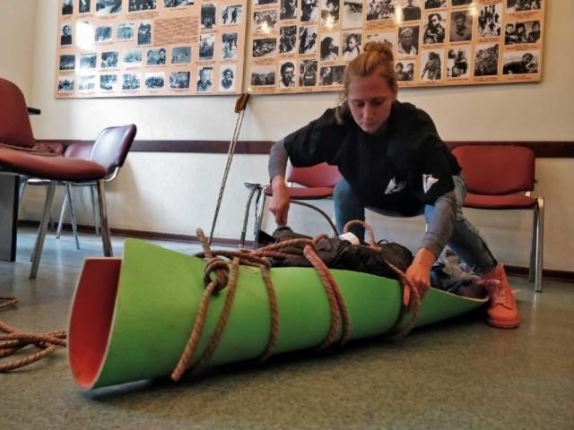 Инструктор Надежда Гончаренко собирает волокуши
