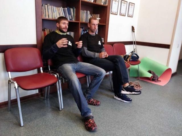 Инструктора альпинизма обсуждают занятия с новичками в Карпатах