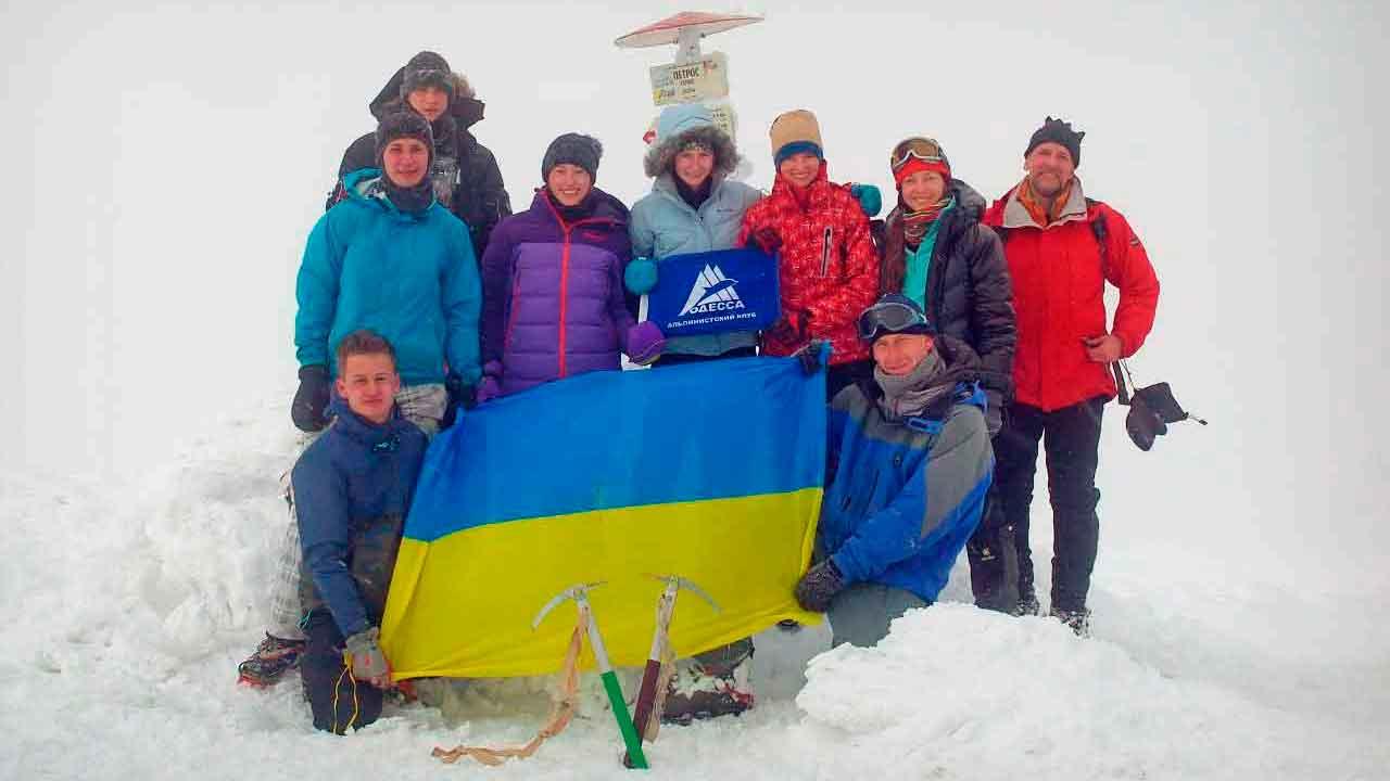 Участники на вершине Говерлы с флагом Украины